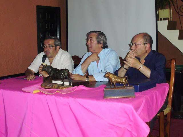 De izquierda a derecha: el fotógrafo taurino Iván López 'Matito'; el presidente de la peña 'Curro Durán' de Utrera, Juan Aranda; y el crítico y conferenciante Manuel González Maqueda.