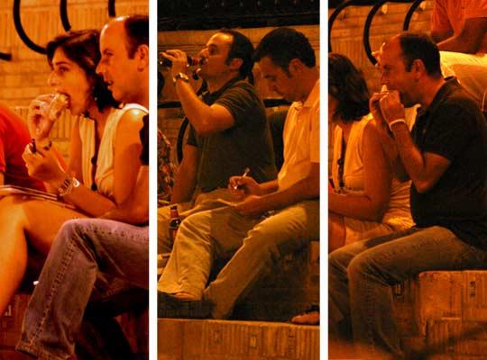 La prensa también cumplimos con el rito del tapeo sevillano en las nocturnas de promoción. (FOTO: Javier Martínez)