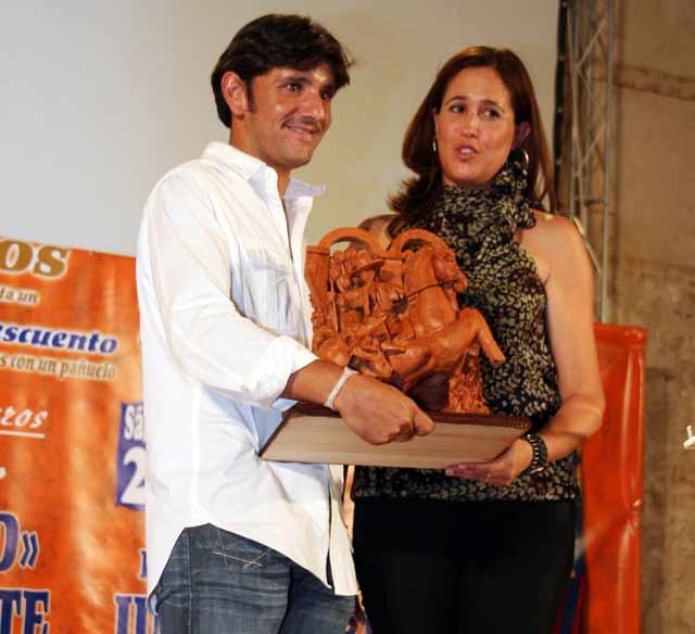 La alcaldesa de Ciudad Real entrega un trofeo al jinete sevillano Diego Ventura. (FOTO: Sonia Sánchez-Molero)
