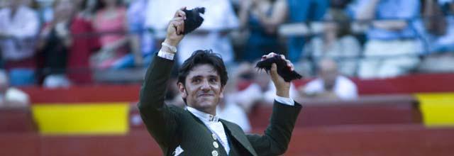 Diego Ventura, con las orejas de hoy en Valencia. (FOTO: Carlos Núñez / Toromedia)