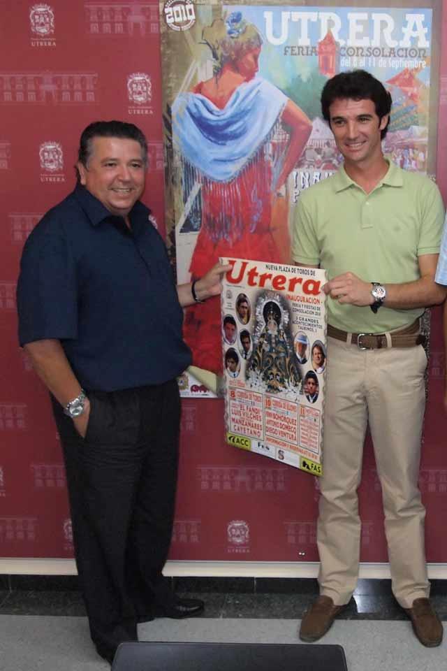 Rodríguez Vélez y Luis Vilches con el cartel anunciador. (FOTO: Sevilla Taurina)