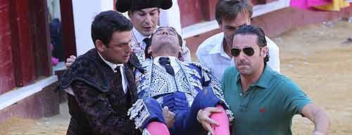 Los compañeros trasladan a Alajandro Escobar a la enfermería de La Malagueta. (FOTO: Hugo Cortés /burladero.com)