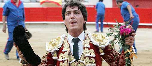 El sevillano Antonio Barrera pasea esta tarde la oreja en el ruedo de Barcelona. (FOTO: burladero.com)