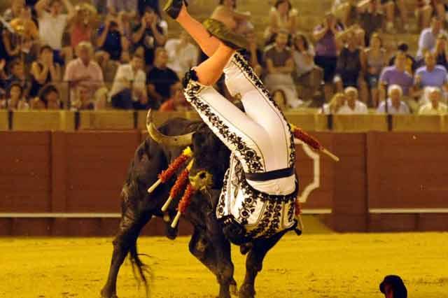 El torero quedó durante varios segundos con todo el pitón dentro del muslo. (FOTO: Sevilla Taurina)