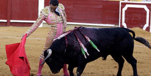 Derechazo de El Cid en su actuación esta tarde enn Ciudad Real. (FOTO: burladero.com)