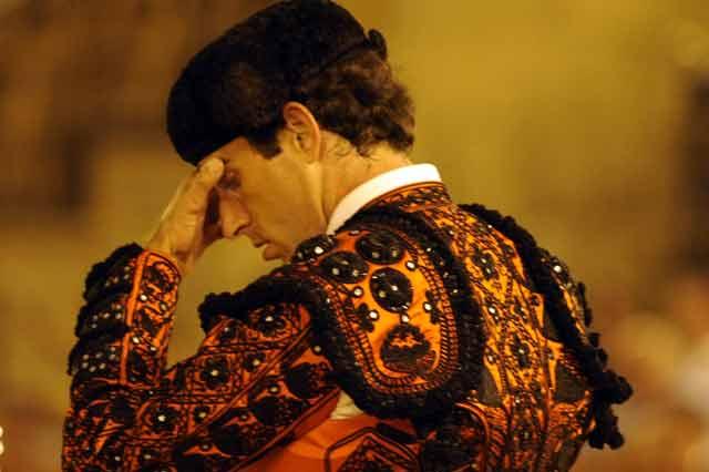 Salvador Cortés se lleva las manos a la cabeza recordando la grave cornada que acababa de sufrir su hermano, a quién él mismo ayudó a trasladar a la enfermería. (FOTO: Sevilla Taurina)