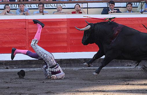 El banderillero sevillano Joselito Gutiérrez cae con todo el peso de su cuerpo sobre la nuca esta tarde en Bilbao. (FOTO: Juan Carlos Terroso / burladero.com)
