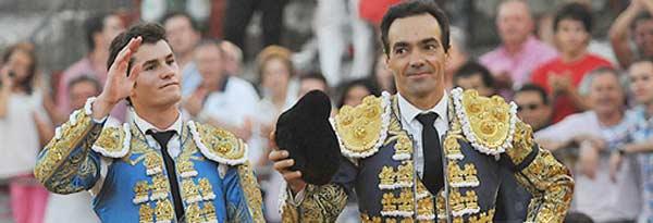 Los sevillanos Luque y El Cid, a hombros esta tarde en Baeza. (FOTO: Alicia Patón / burladero.com)