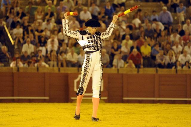 Luis coge los palos para banderillear al quinto. (FOTO: Sevilla Taurina)