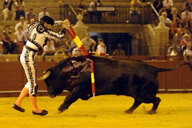 Coloca el par en todo lo alto pero cuando está a punto de pisar albero el toro le empitona. (FOTO: Sevilla Taurina)