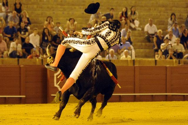 El toro de Peñajara le cornea muy grave, atravesándole el muslo por dos zonas. (FOTO: Sevilla Taurina)