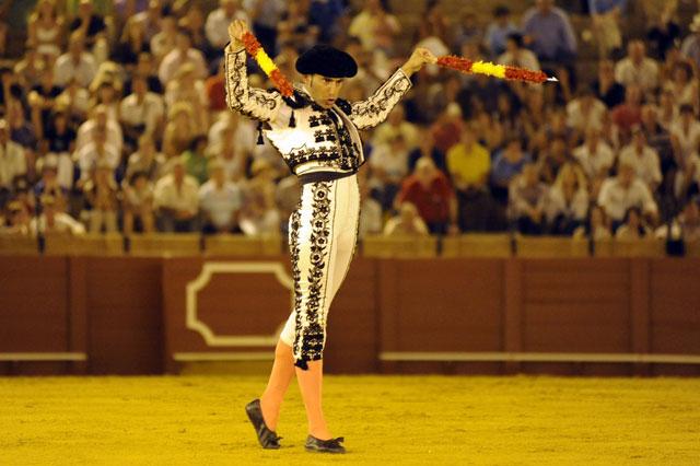El torero se gusta y se deja ver antes de iniciar la carrera. (FOTO: Sevilla Taurina)
