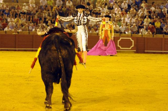 Luis Mariscal se cuadra frente al toro; su intención es colocarlo por el derecho. (FOTO: Sevilla Taurina)