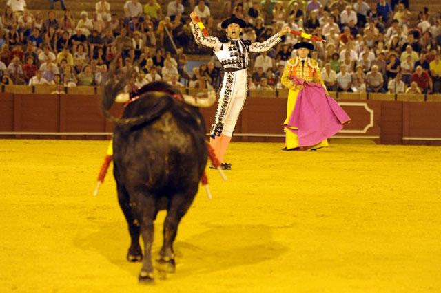 El banderillero sevillano a punto de iniciar la carrera por el derecho. (FOTO: Sevilla Taurina)