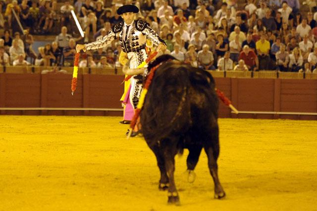 Mariscal decide cambiar e irse por el izquierdo, evitando capotazos. (FOTO: Sevilla Taurina)