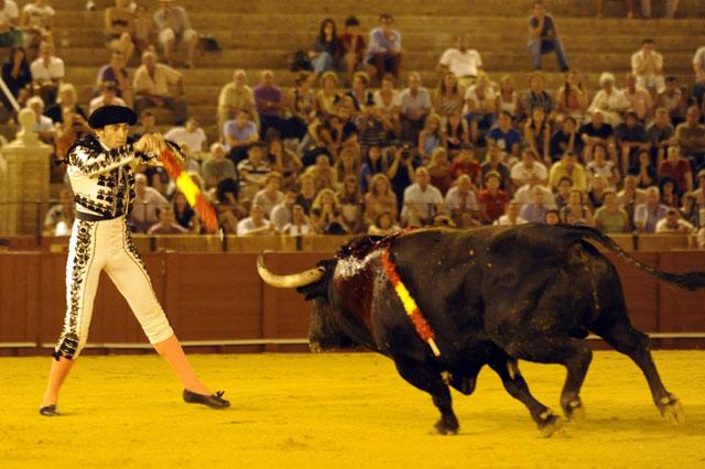 Aguanta mucho el embroque, cuadra en la cara, saca los palos unidos desde abajo... (FOTO: Sevilla Taurina)