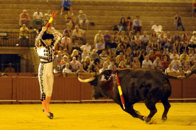 Lo hace tan despacio para buscar la máxima emoción que el toro le come terreno. (FOTO: Sevilla Taurina)