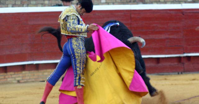 Morante toreando de capote en Huelva el pasado domingo. (FOTO: Javier Martínez)