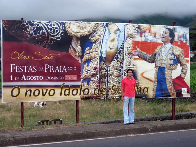 Oliva Soto, junto a una valla publicitaria que lo anuncia como 'El nuevo ídolo de Sevilla'. (FOTO: Sevilla Taurina)