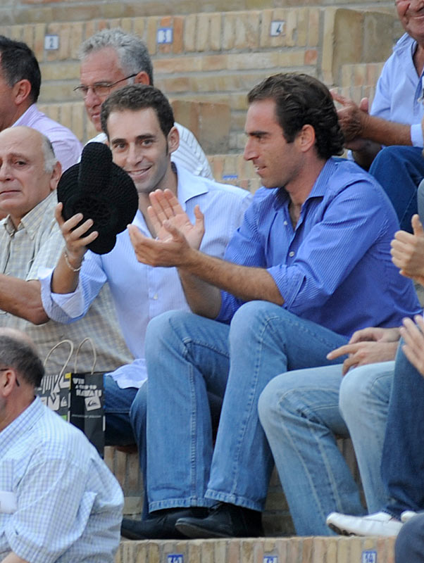 Luis Mariscal saluda la ovación del público. Tras él su padre; y a su lado, su hermano Salvador Cortés. (FOTO: Sevilla Taurina)