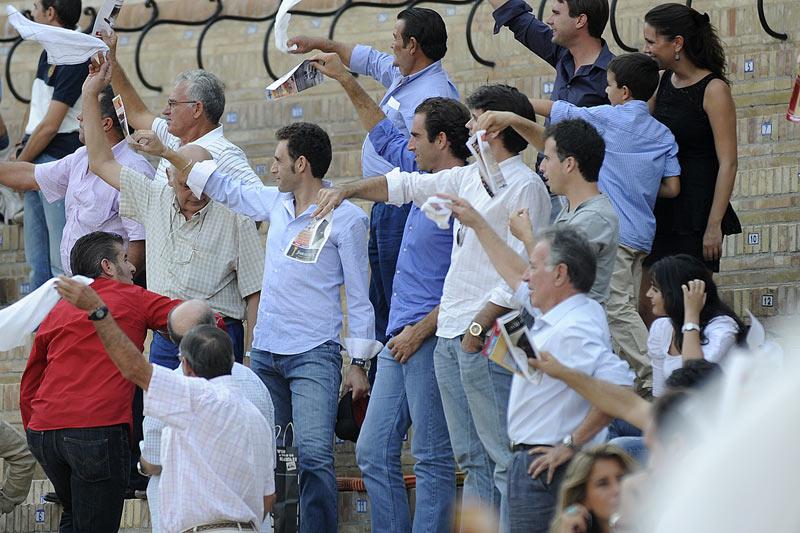 Luis Mariscal y su familia. (FOTO: Sevilla Taurina)