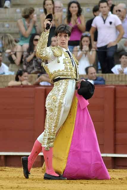 Esaú Fernández, con la primera oreja. (FOTO: Sevilla Taurina)