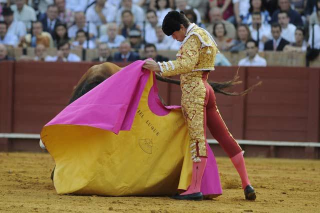 Daniel Luque con el capote esta tarde en la Maestranza. (FOTO: Sevilla Taurina)