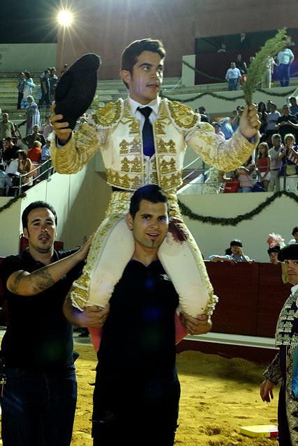 Miguel Falcón, el más destacado de la novillada, en su salida a hombros. (FOTO: Matito)