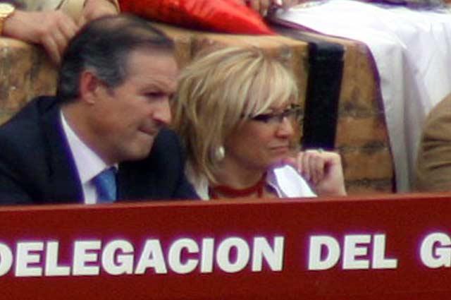 El alcalde de Ronda, Antonio Marín Lara (PSOE), junto a la delegada de la Junta en Sevilla, Carmen Tovar (PSOE) en el burladero de la Junta durante la pasada Feria de Abril. (FOTO: Javier Martínez)