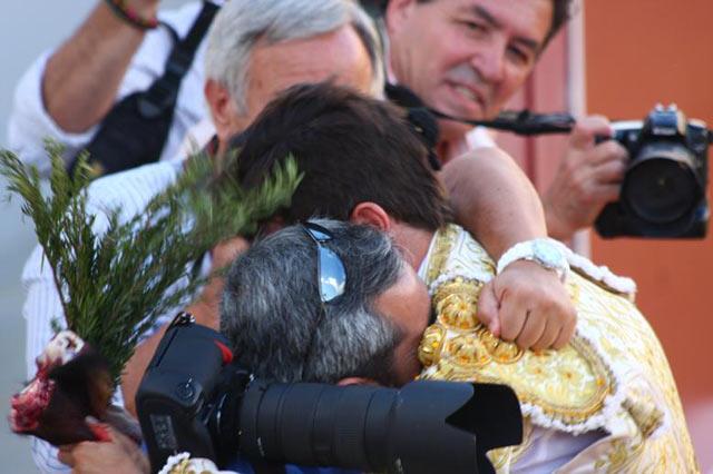 El fotógrafo Matito se abraza al novillero Miguel Falcón, primo segundo suyo, que el pasado sábado cortó las dos orejas en la nueva plaza de Utrera.
