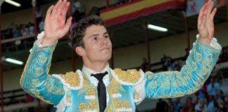 Daniel Luque, en la salida a hombros hoy en Balladolid. (FOTO: Santos Lorenzo / burladero.com)