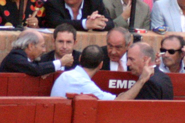 El empresario Ramón Valencia, junto a los ganaderos Juan Pedro Domecq y Fernando Domecq (Zalduendo) se reúne con el delegado gubernativo. (FOTO: Javier Martínez)