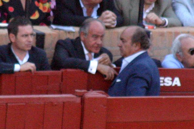 Ramón Valencia volvió a llamar a Manuel Tornay, responsable del area de ganaderías de la empresa Pagés. ¿Le estaría pidiendo más toros...? (FOTO: Javier Martínez)