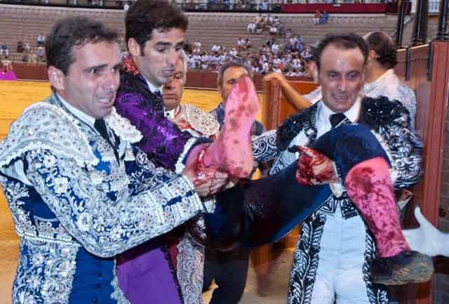 Los banderilleros, horrorizados, entrar en la enfermería con un JEsús Márquez ya desmayado, sin sangre. (FOTO: Paco Díaz / toroimagen.com)