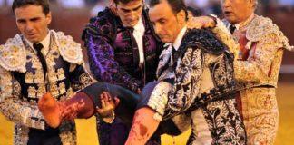 Los banderilleros taponan la cornada y trasladan a Jesús Márquez con celeridad a la enfermería. (FOTO: Sevilla Taurina)