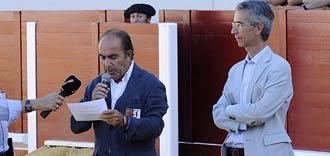 Manuel Viera lee el manifiesto en presencia del alcalde de Utrera. (FOTO: Matito)