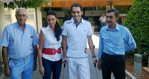 Luis Mariscal sale del hospital junto a los médicos y su esposa. (FOTO: burladero.com)