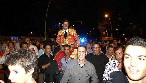 Morante a hombros hasta el hotel por las calles de Barcelona. (FOTO: burladero.com)