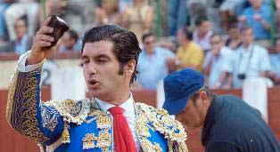 Morante, con la oreja cortada en Valladolid esta tarde. (FOTO: Santos Lorenzo / burladero.com)