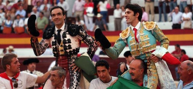 El Cid, a hombros junto a Talavante esta tarde en Zafra. (FOTO: Gallardo / badajoztaurina.com)
