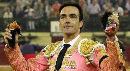 El Cid, con las dos orejas del cuarto en Zaragoza. (FOTO: burladero.com)