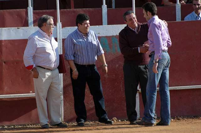 Los ganaderos Manuel Ángel Millares y Fernando Cuadri entregaron la placa en nombre de las cuadrillas a Luis Mariscal. (FOTO: Gilberto / Ambitotoros)