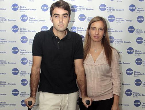 Jesús Márquez -acompañado de su mujer, embarazada- sale de la clínica sevillana tras 19 días ingresado.