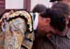Martín Núñez es consolado en el callejón tras cortarse la coleta. (FOTO: Juan Pelegrín / burladero.com)