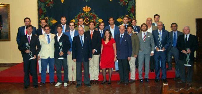 Los integrantes de 'Gazuza', junto a los premiados.