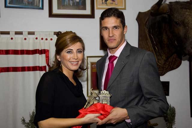 El sevillano Agustín de Espartinas recoge el trofeo a la 'Mejor fasena' de la Feria onubense de Valverde del Camino. (FOTO: Valeca)