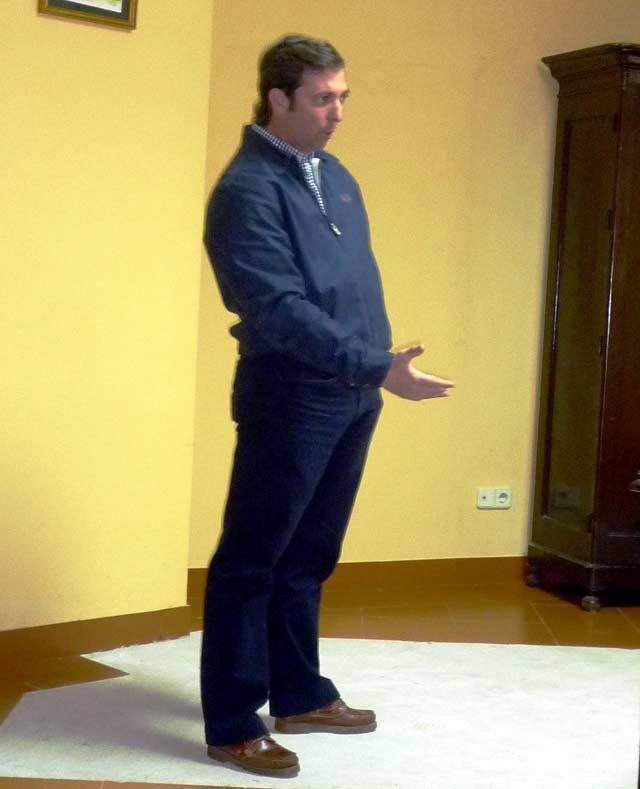 Luis de Pauloba, explicando gráficamente un muletazo. (FOTO: Aula Taurina)