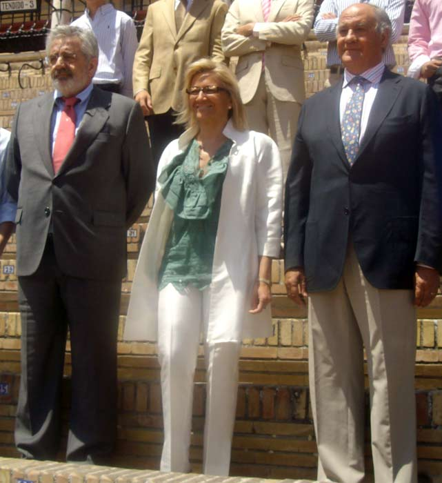 La delegada de la Junta de Andalucía en Sevilla, Carmen Tovar, flanqueda por los empresarios de la Maestranza, Eduardo Canorea y Ramón Valencia.