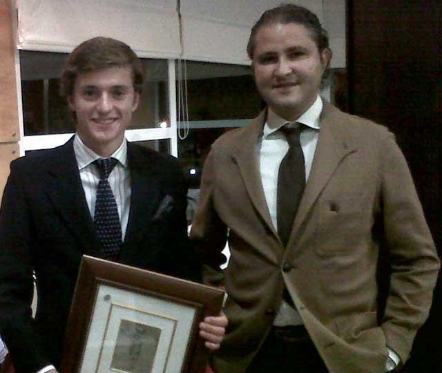 El joven Francisco Lama, de la Escuela de Sevilla, con el trofeo.