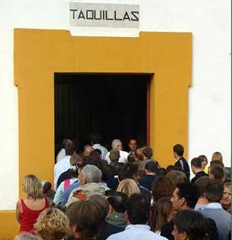 Colas para sacar abonos y entradas en la Maestranza. (FOTO: Javier Martínez)